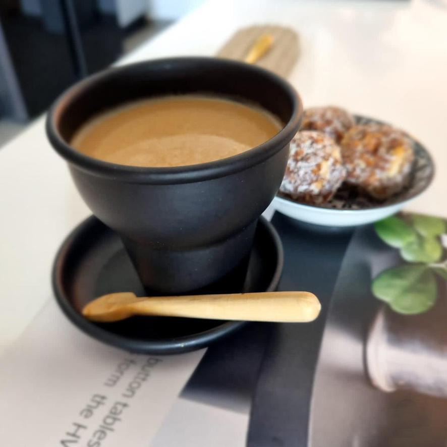 כוס קפה מתכת שחורה צלוחית